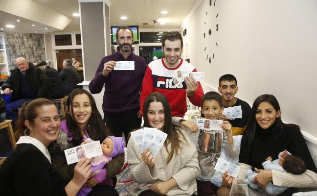 «Tenía que jugarlo», dice el vendedor de dos números premiados en Gijón