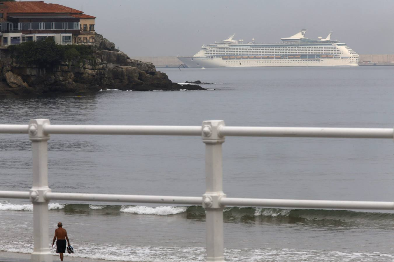 El 'Adventure of the Seas' atraca en Gijón