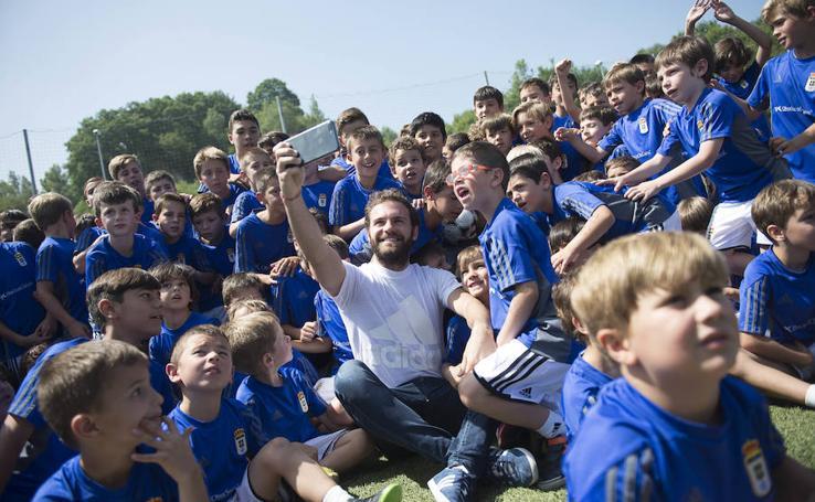 Juan Mata visita el campus del Real Oviedo