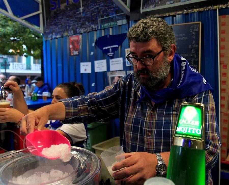 Los jugadores del Real Oviedo visitan el chiringuito de Las Peñas