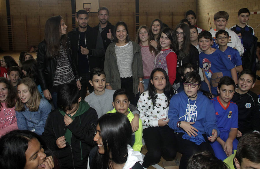 Visita de jugadores y jugadoras del Real Oviedo al IES Pando