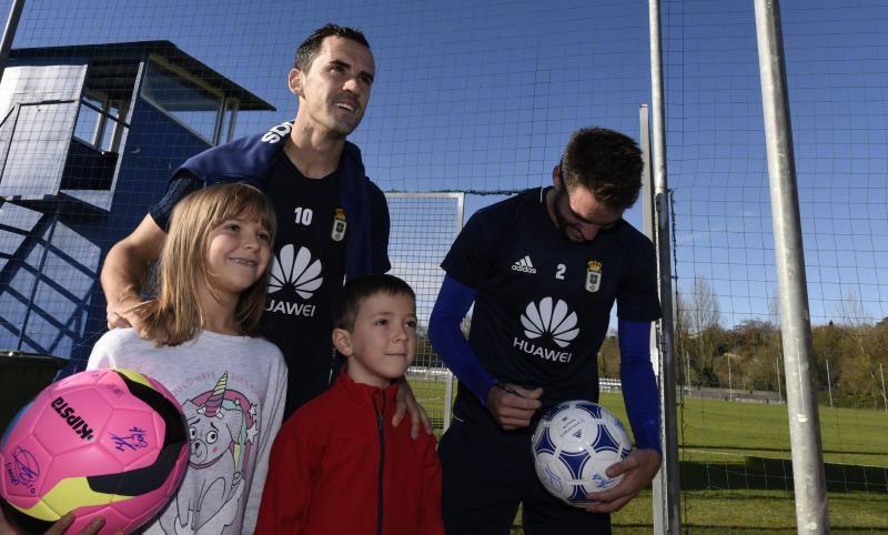 Los niños visitan a los jugadores del Real Oviedo en El Requexón