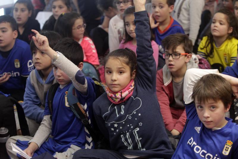Jugadores del Real Oviedo visitan a los niños del Colegio Carmen Ruiz Tilve