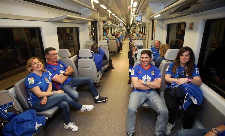 Los oviedistas. rumbo a León en tren