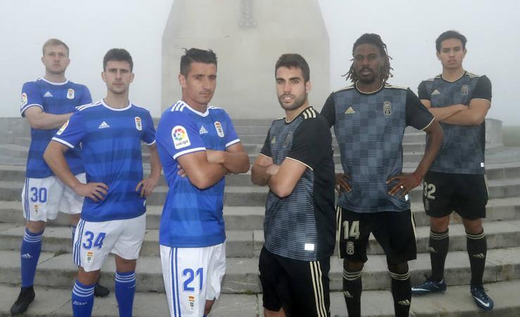 El Real Oviedo muestra las nuevas equipaciones para la próxima temporada