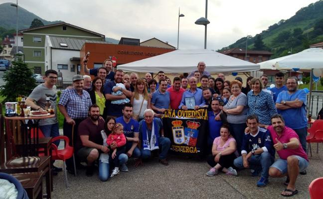 La peña azul Teverga homenajea a Carlos Muñoz