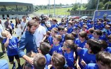 Mata comparte experiencia con los pequeños del campus del Real Oviedo