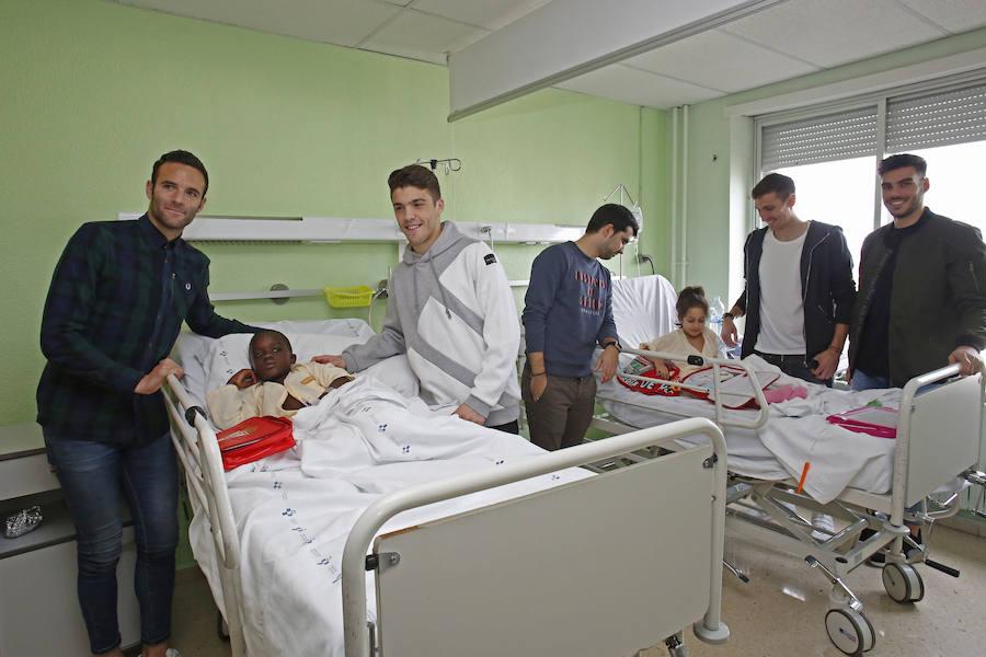 Jugadores del Sporting visitan a los niños hospitalizados en Cabueñes