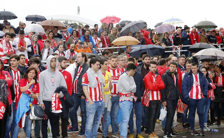 Los jugadores del Sporting llegan a El Molinón