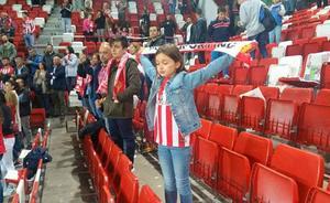 Manuela, la niña que se ha convertido en un símbolo para la afición del Sporting