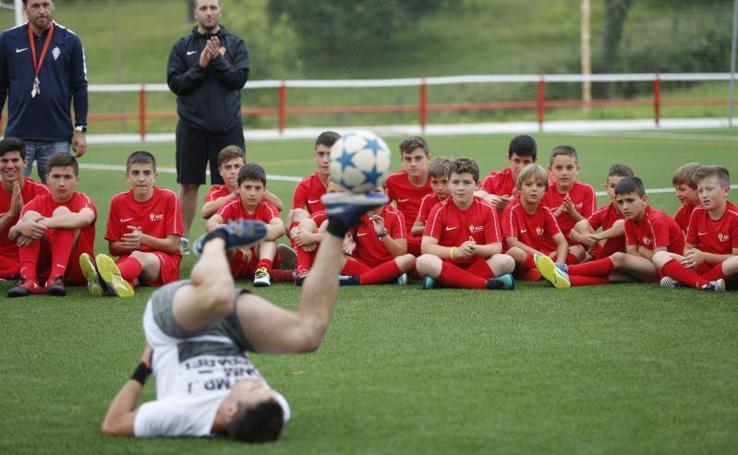 Álvaro Obregón demuestra su maestría con el balón a los niños del Campus de Mareo