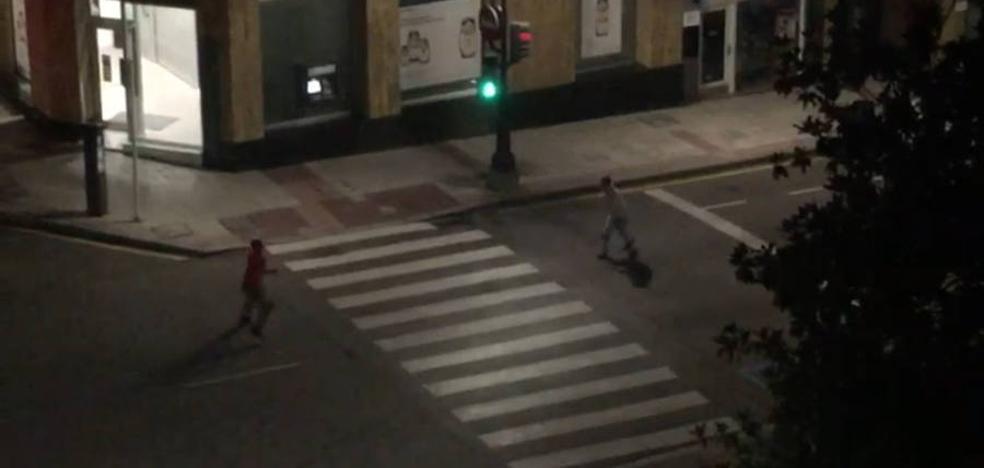 Insólito partido de ping-pong nocturno en el centro de Oviedo