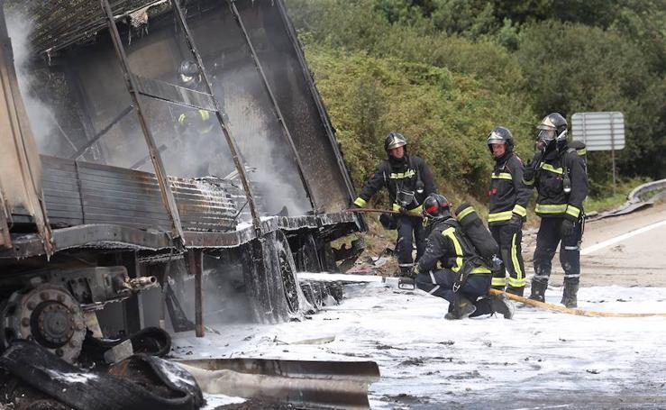 El vuelco e incendio de un camión causa retenciones en la 'Y'
