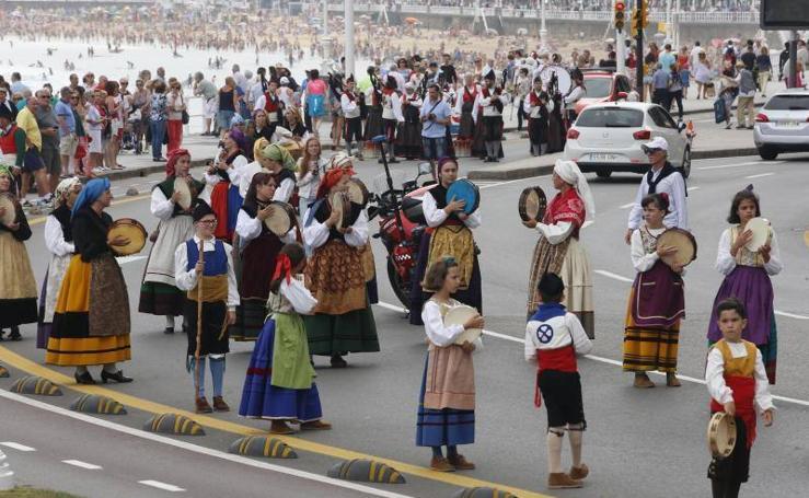 El folclore desfila en el Arcu Atlánticu de Gijón