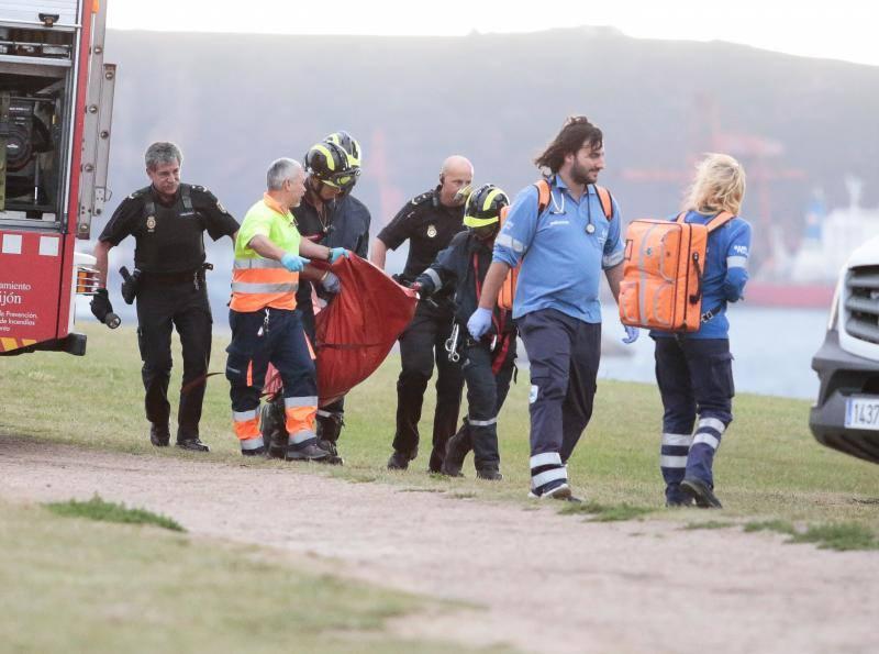El rescate del cadáver del hombre desaparecido en Gijón en imágenes