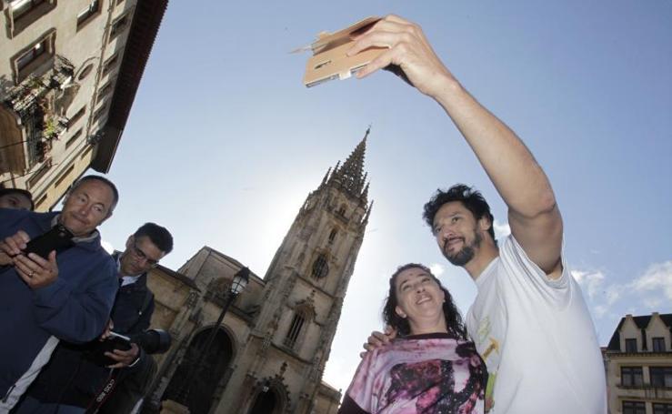 El actor Stany Coppet inicia en Oviedo un Camino solidario