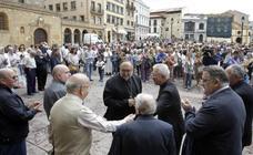 La Plaza de la Catedral de Oviedo recuerda a las víctimas de Barcelona con un minuto de silencio