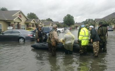 Los equipos de rescate continúan con la búsqueda de supervivientes tras el paso de 'Harvey'