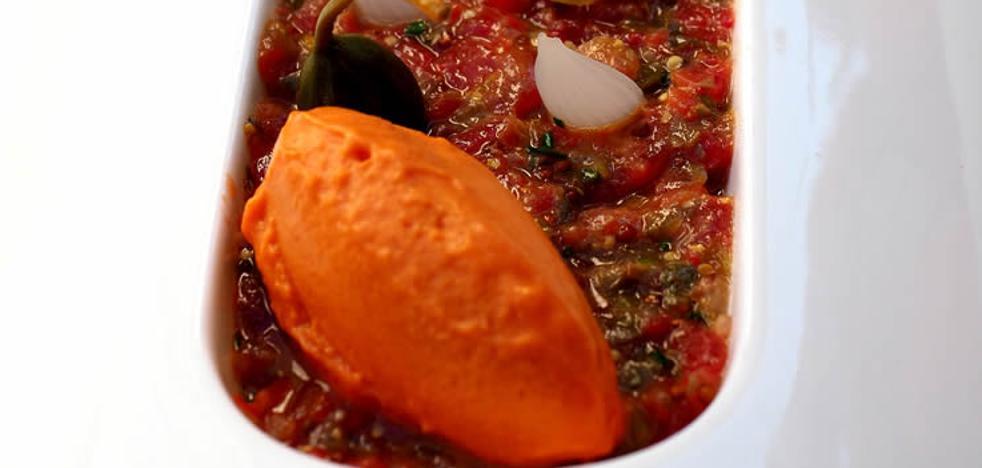 Tartar de tomate con helado de salmorejo y encurtidos