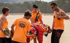 Varios surfistas rescatan a una pareja tras volcar su velero en Las Escobas