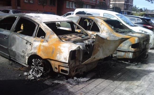 Arden dos coches en el Camino de Rubín