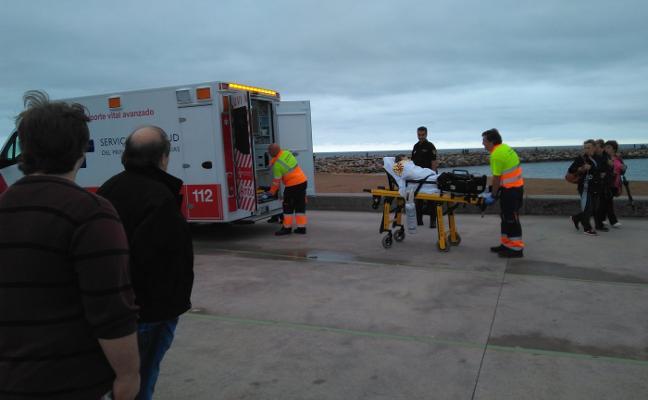 Rescatan a un hombre que tenía una pierna atrapada en la escollera del Acuario