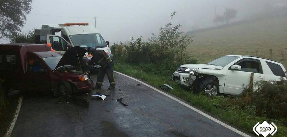 Tres heridos en la colisión frontal de dos vehículos en Nava