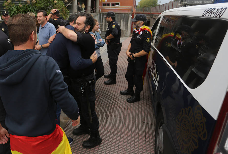 Recibimiento en Gijón a los policías desplazados a Cataluña
