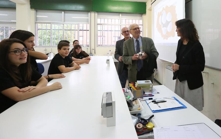 Los alumnos del IES La Magdalena de Avilés reciben a Rainer Weiss
