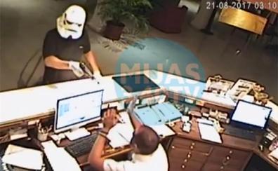 Facebook | Insólito robo en Mijas: atraca un hotel con una máscara de soldado imperial