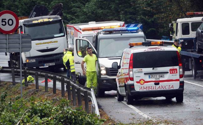 Un operario de carreteras, «muy grave» tras ser atropellado por un camión
