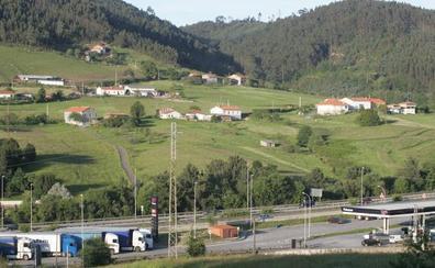 Cortan un carril en la A-8 en Montico en sentido Avilés