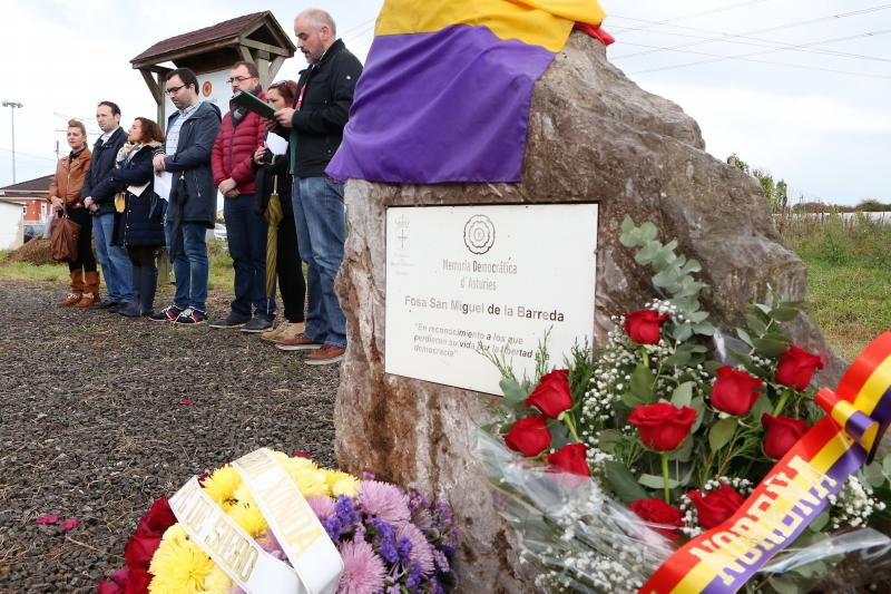 Homenaje en la fosa común de San Miguel de la Barreda