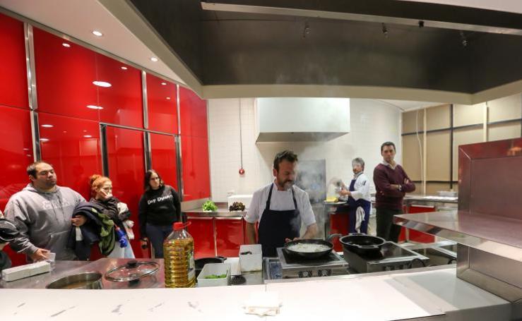 Nacho Manzano cocina anguilas en el Niemeyer
