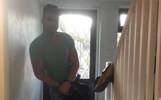 Arropa a un desconocido ebrio que encuentra en su casa porque piensa que es su hijo