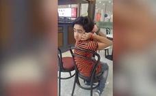 Las increíble imagen de un joven capaz de girar la cabeza 180 grados