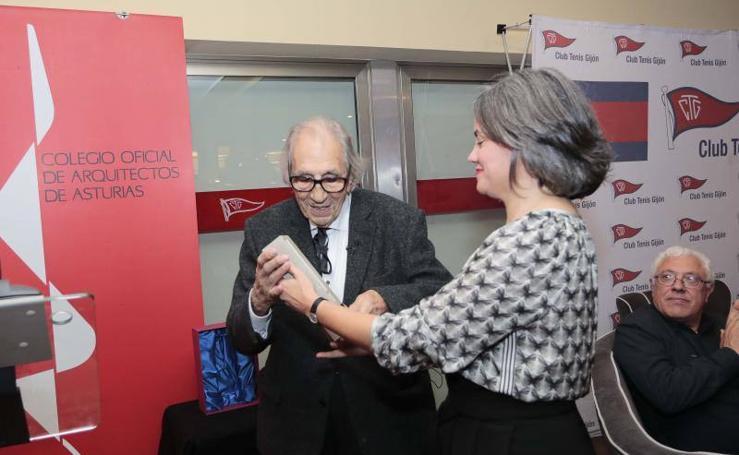 El arquitecto Mariano Marín Rodríguez-Rivas recoge el Premio Castelao