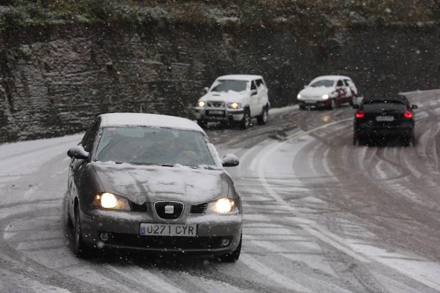 La nieve complica el tráfico en los puertos asturianos