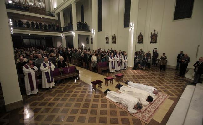 El arzobispo ordena a tres nuevos diáconos permanentes