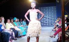 Así es el vestido hecho de condones para concienciar sobre el sida
