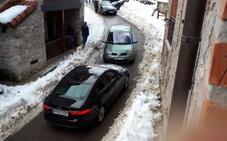 «Caos circulatorio» en Sotres debido a la acumulación de nieve en sus calles