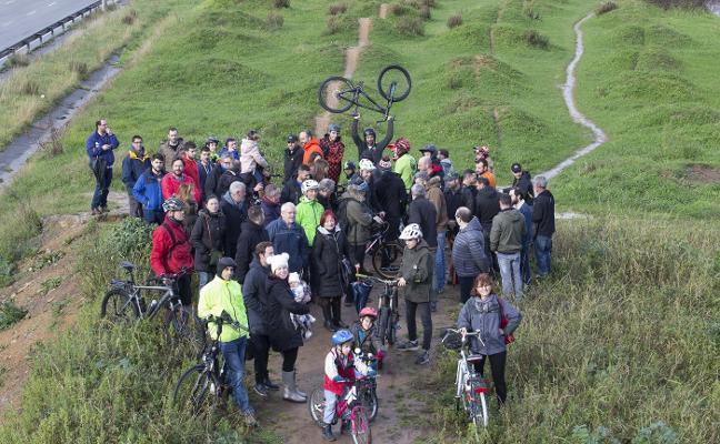 Vecinos del Polígono de Pumarín se concentran por una pista ciclista