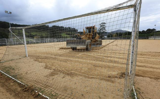 El campo de fútbol de La Luz recibe un aporte de arena