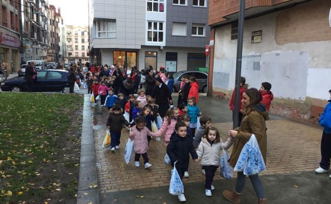 Cadena solidaria en el colegio Virgen Reina de Laviada
