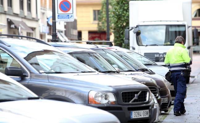 Oviedo cambia la norma para que los controladores de la zona azul puedan multar