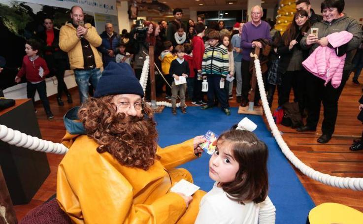 L'Anguleru recibe los deseos de los niños en el Acuario de Gijón