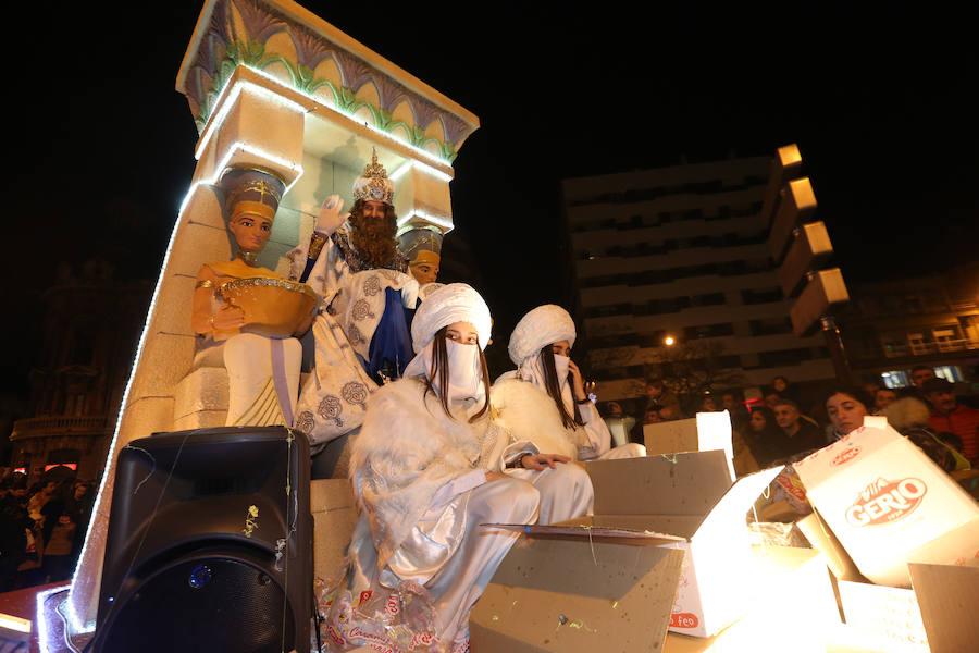 Los Reyes Magos de Oriente llevan la ilusión a Avilés