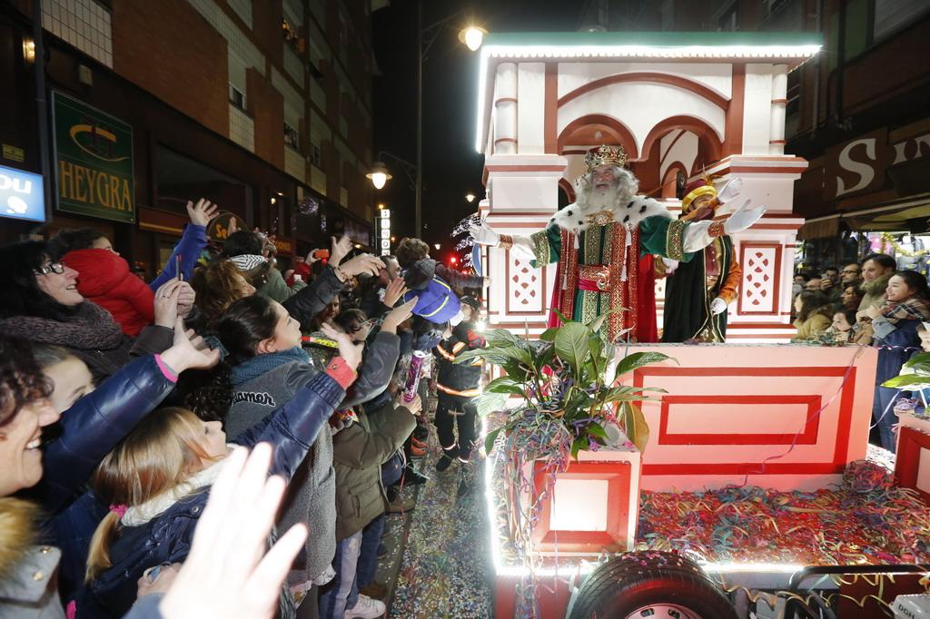 La Cabalgata de Reyes inunda Gijón de color