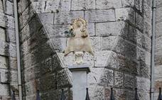 La imagen de la Virgen de Covadonga regresa al jardín parroquial de Ribadesella