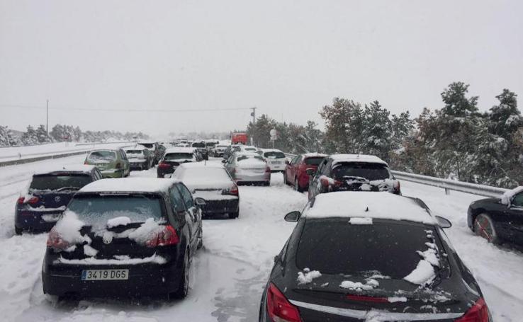 El temporal atrapa a cientos de conductores en la AP-6